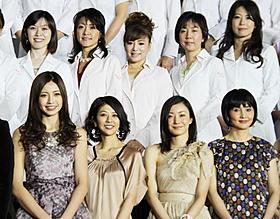 ステージでの写真撮影には女医さん65人もずらり「ジーン・ワルツ」
