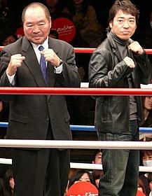 後楽園ホールのリング上でポーズをとるガッツ石松(左)と香川照之「あしたのジョー」