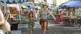 「ヒア アフター」の本編冒頭で巨大な津波に呑み込まれるマリー役のセシル・ ドゥ・フランス「ヒア アフター」