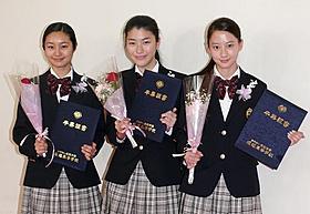 堀越高校の卒業式を終えた忽那汐里、成海璃子、河北麻友子(左から)