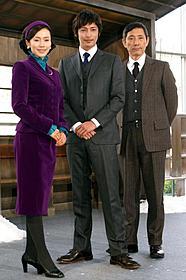 若手刑事・吉村を演じる玉木(中)「砂の器」