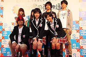 写真撮影でも緊張気味の大野いと(前列中央)、宮澤佐江(同右)ら「高校デビュー」