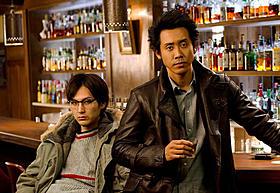 バー「ケラー・オオハタ」で寛ぐ 探偵役の大泉洋と高田役の松田龍平「探偵はBARにいる」