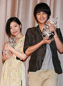 ネコを抱く中村蒼と坂本真綾「キミとボク」