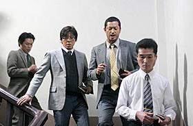新聞記者役に挑む上川隆也と池内博之