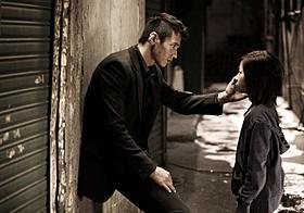 心に闇を抱えた男テシクと孤独な少女ソミ「アジョシ」