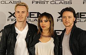 ファスベンダー(左)とクラビッツ(中)は交際中「X-MEN:ファースト・ジェネレーション」