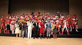 歴代ヒーローがずらり「ゴーカイジャー ゴセイジャー スーパー戦隊199ヒーロー大決戦」