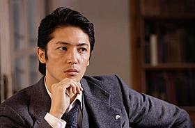 東京日報の若き新聞記者を演じる玉木
