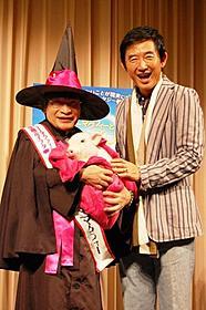 トークショーに参加した尾木直樹と石田純一「ナニー・マクフィーと空飛ぶ子ブタ」