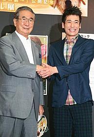 三宅島の復興に向け 石原都知事と佐藤隆太観光大使 がっしりと握手「ロック わんこの島」
