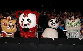 パンダ獅子舞たちが舞台あいさつに登場
