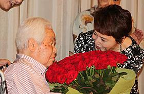 大竹しのぶから99本のバラの花束を贈られ 「重くて落としそうだ」と話した新藤兼人監督「一枚のハガキ」