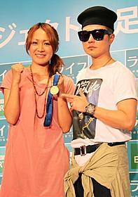 金メダルを持参した丸山選手とVERBAL「ライフ いのちをつなぐ物語」