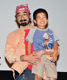 カメラマン・相川博昭氏と息子の泰治君「LIFE IN A DAY 地球上のある一日の物語」