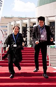 レッドカーペットを駆け下りる樹木希林と原田遊人氏「わが母の記」