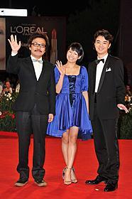 「ヒミズ」の公式上映に先立ち、レッドカーペット に登場した(左から)園子温監督、二階堂ふみ、染谷将太「ヒミズ」