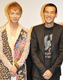 綾野剛(左)とSABU監督「うさぎドロップ」