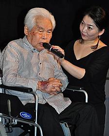 新藤兼人監督(左)と孫で映画監督の新藤風「一枚のハガキ」