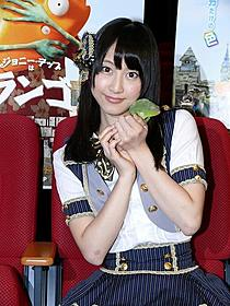 SKE48松井玲奈、カメレオンと2ショット!「ランゴ」