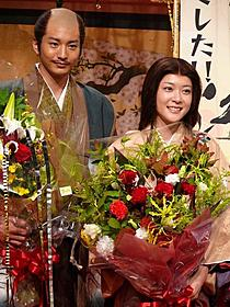 「江」のスタジオでの撮影を終え笑みを浮かべる 上野樹里(右)と向井理