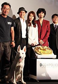 ケーキの存在が気になって仕方がないシロと 市原隼人、戸田恵梨香ら「DOG×POLICE 純白の絆」