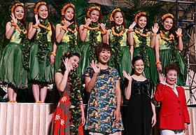 スパリゾートハワイアンズの営業再開セレモニー に出席した蒼井優と山崎静代「フラガール」