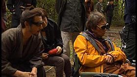 撮影中に映像をチェックする市川海老蔵と三池崇史監督「一命」