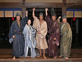 劇中セットでガッツポーズを決めた松山ケンイチら