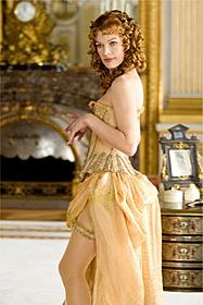 """アンデッドと死闘を繰り広げた""""アリス""""が ミステリアスな悪女に「三銃士 王妃の首飾りとダ・ヴィンチの飛行船」"""