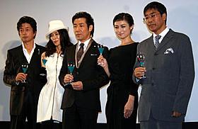 「夜明けの街で」初日挨拶に出席した(左から) 中村雅俊、萬田久子、岸谷五朗、深田恭子、若松節朗監督「夜明けの街で」