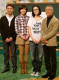 番組で洋楽を歌うアンジェラ・アキ(右から2人目)