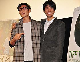 会見に登場した伊勢谷監督と西島秀俊「セイジ 陸の魚」