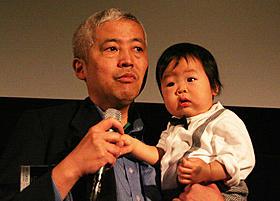 舞台挨拶に立った佐野伸寿監督「春、一番最初に降る雨」