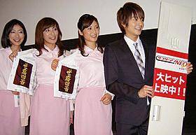 ミニスカOL役の3人と舞台挨拶に立った小池徹平「サラリーマンNEO 劇場版(笑)」