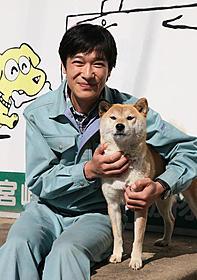 """故郷・宮崎で""""ひまわり""""と顔を合わせた堺雅人「ひまわりと子犬の7日間」"""