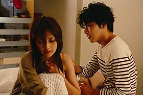 吉井怜が体当たりの熱演「夕闇ダリア」