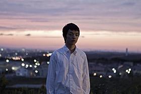 物憂げな表情で遠くを見つめる染谷将太「生きてるものはいないのか」