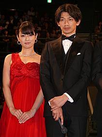深紅のドレス姿で華を添えた深田恭子「ワイルド7」