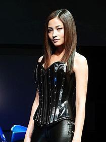 セクシー衣装で登場した黒木メイサ
