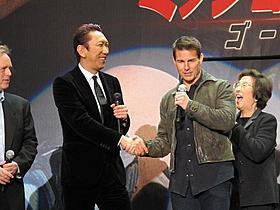握手を交わす布袋寅泰とトム・クルーズ「ミッション:インポッシブル」