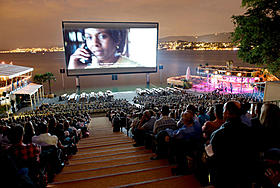 沖縄でも屋外上映が実現する(写真はチューリッヒでの屋外上映)「さや侍」