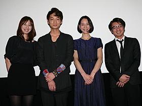 思い出の地での公開初日に感無量の 面持ちの綾野剛(左から2人目)「孤独な惑星」