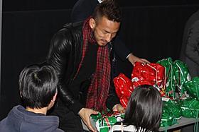 クリスマスプレゼントを手渡した中田英寿氏「タンタンの冒険 ユニコーン号の秘密」