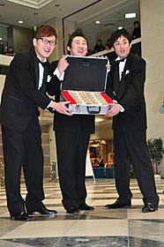 賞金1000万円を手にしたロバート