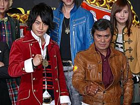 ゴーカイレッド小澤亮太(左)とギャバンを演じる大葉健二