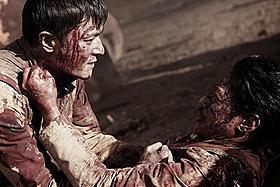 過酷な戦場でぶつかり合うジュンシク(左)と辰雄「マイ・ウェイ」