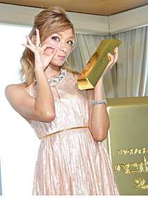 1億円の宝飾品を身に付けはしゃぐローラ「ペントハウス」