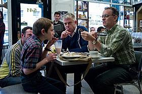 トーマス・ホーンとトム・ハンクスを演出中のダルドリー監督(中央)「ものすごくうるさくて、ありえないほど近い」