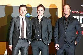 (左から)浅野忠信、テイラー・キッチュ、ピーター・バーグ監督「バトルシップ」